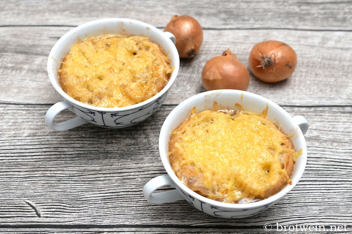 Zwiebelsuppe - Rezept französische Art mit Käse überbacken